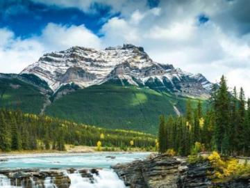 jezioro w Kanadzie - jezioro górskie z kaskadą w Kanadzie