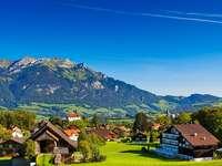 Sat în Alpi.