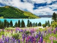 Amuletos de primavera de las montañas - Los rompecabezas representan un magnífico paisaje de montaña, rodeado por un aura de primavera. Ab