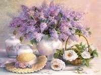 Lila csokor. - Festett lila csokor vázában, fehér rózsákkal.