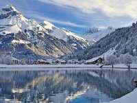 Wieś przy górskim jeziorze
