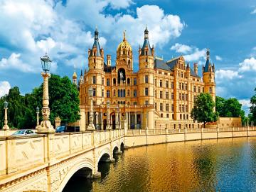 Zamek w Schwerinie. - Uroczy zamek w Schwerinie.