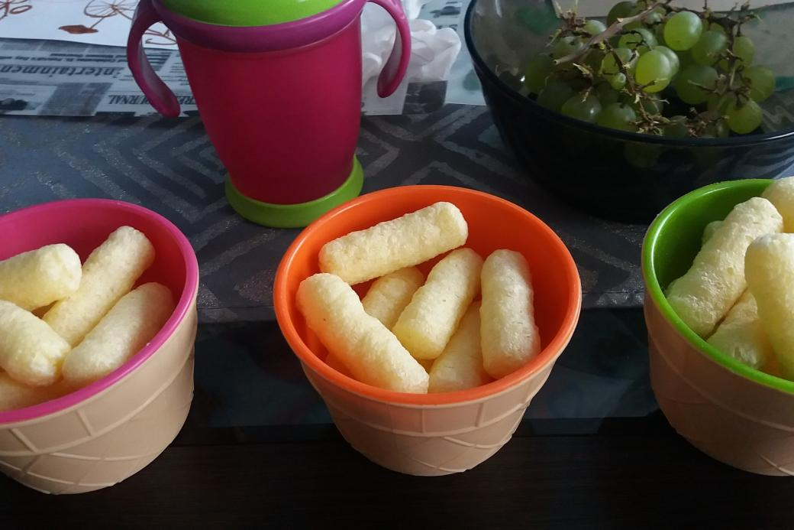 Chips in kleurrijke kommen.
