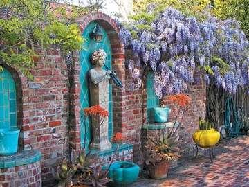Ścienna fontanna - Fontanna na ceglanym murze , ogród , kwiaty