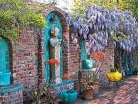 Σιντριβάνι τοίχου - Κρήνη σε έναν τοίχο από τούβλα, κήπος, λουλούδια