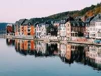 Dinant, Belgia - Dinant - un oraș din sudul Belgiei, în provincia Namur, pe râul Meuse, în apropierea defileului