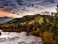 Heuvels en rivier, stuwmeer