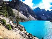 Un frumos lac de morenă - Vedere. Lacul Moraine - un tip de lacuri glaciare, format în coborârea dintre înălțimile morene