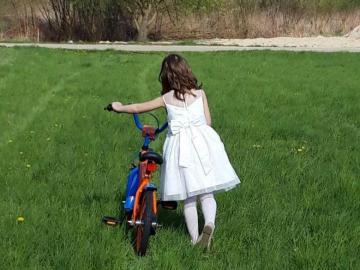 Dziewczynka z rowerkiem. - Dziewczynka z rowerkiem.