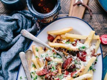 Piatto interessante, patatine fritte con carne - Un delizioso piatto caldo - patatine fritte