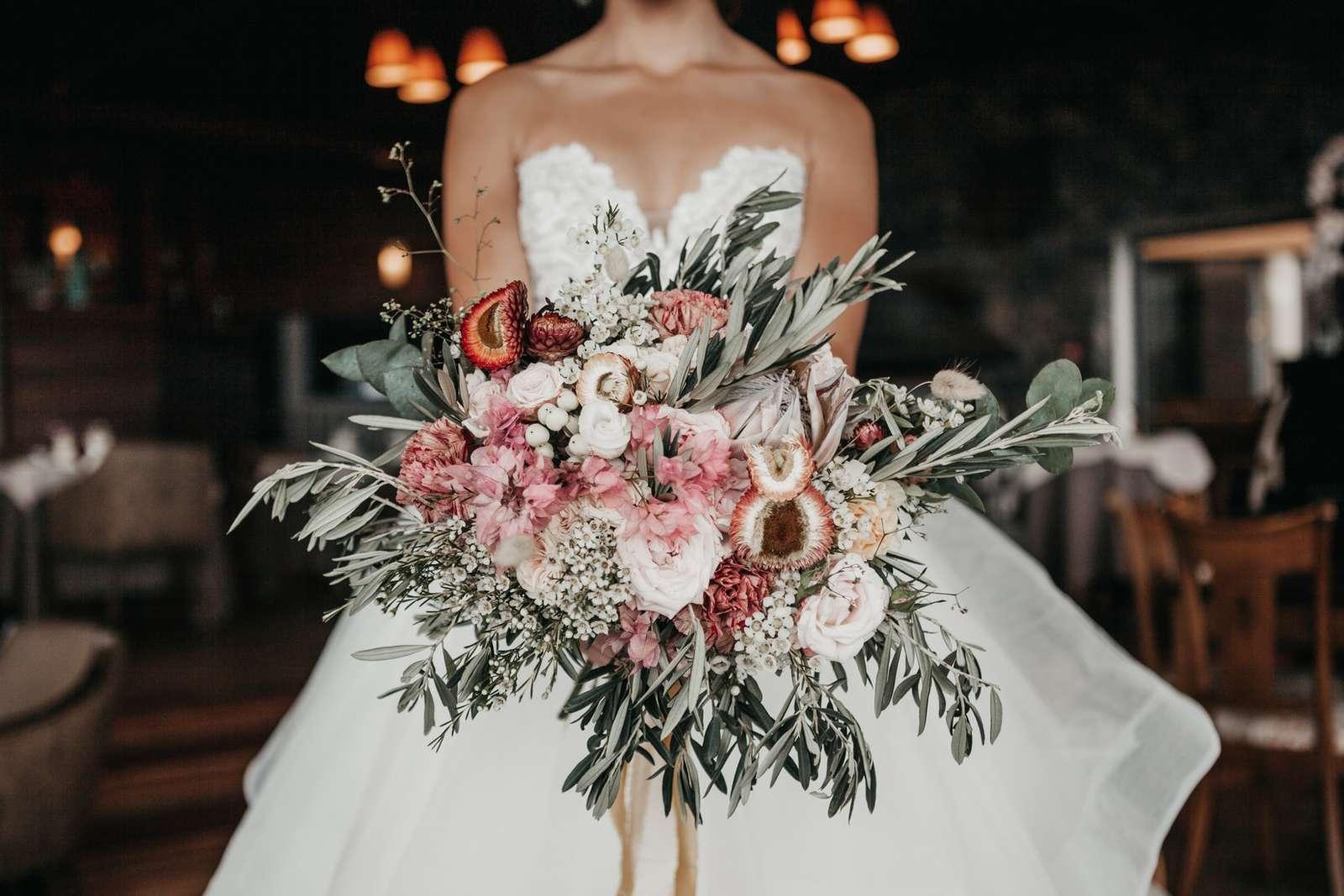 Fehér rózsa, esküvői csokor - Esküvői csokor benne fehér rózsákkal. Gyönyörű fehér rózsák. A fehér rózsa az örökkévalóság, a szépség, az öröm jelképe - valami misztikus (11×11)