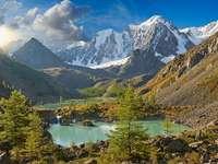 Prachtige buik - Biełucha is een piek met twee pieken, de hoogste heuvel in Altai. De berg heeft twee toppen, oostel