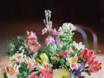 Petites fleurs colorées dans des petits pots - Petites fleurs colorées dans des pots, décoration.