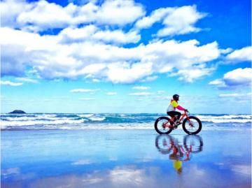 By bike on the beach. - Puzzle: bicycle on the beach.