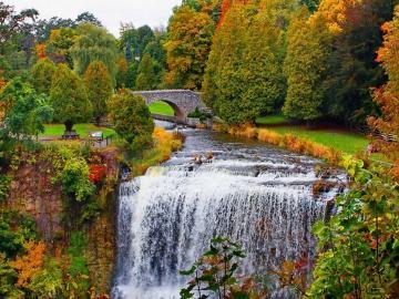 Wasserfall im Herbst - Landschaft. Wasserfall im Herbst.