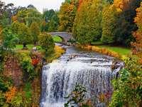 Chute d'eau en automne - Paysage. Cascade en automne.