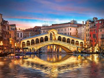 Rialto Bridge på natten. - Italien. Venedig. Rialto Bridge.