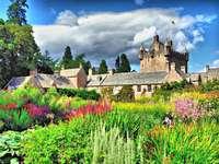 Шотландски замък с градина