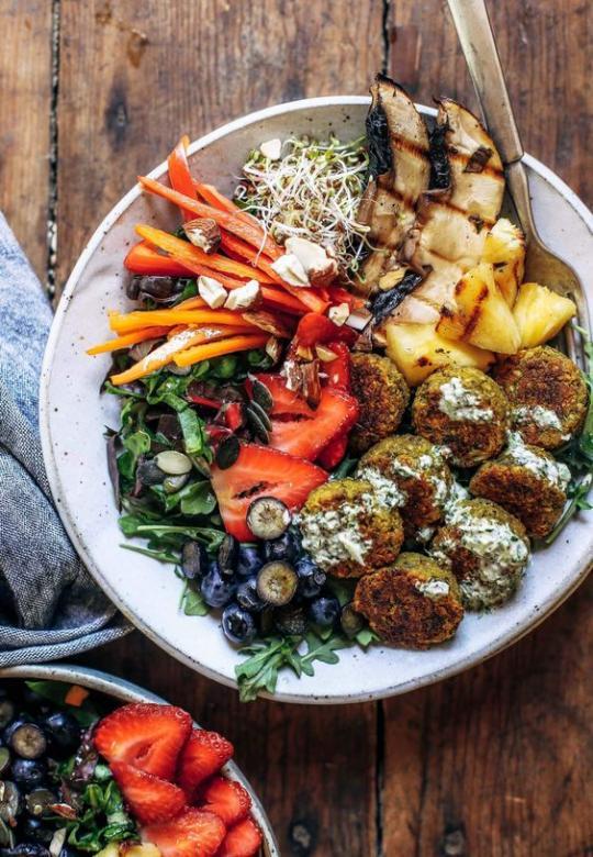 Gericht mit Falafel - Falafel ist gebratene Kugeln oder Koteletts von gewürzten Kichererbsen oder Bohnen mit Sesam. In arabischen Ländern ist es ein sehr beliebtes veganes Gericht. Oft in Fast-Food-Bars als vegane Altern (7×14)