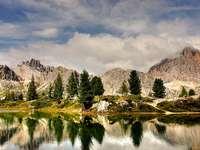 Dolomiterna - Underbart landskap av berg och vatten.