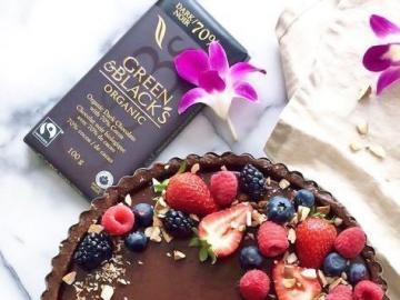 Czekoladowa tarta z owocami - Pyszna tarta czekoladowa z truskawkami i borówkami