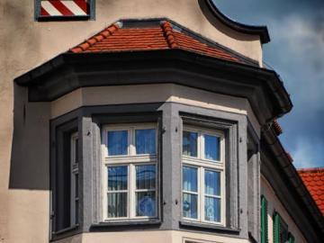 Piękne okno wykuszowe - Okno wykuszowe w zabytkowym budynku