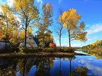 Есента край водата - Къща и падащи листа по водата.