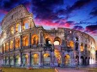 Amfiteátr v Římě, Itálie - Je to velká, eliptická budova s prostorným publikem, s komunikačními galeriemi a arénou