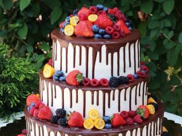 Tort śmietanowy z owocami - Tort śmietankowy polany czekoladą z owocami