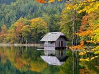 Chata u jezera. - Podzimu. Chata u jezera.