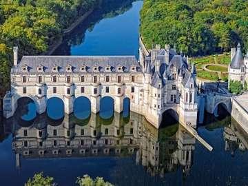 """Zamek Chenonceau - Zamek Chenonceau zwany """"Zamkiem Dam"""" , rzeka Cher"""