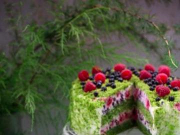 Pastel de musgo verde con frutas - Delicioso y colorido pastel con frutas y espinacas, musgo verde.