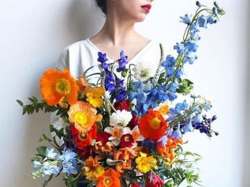 Fleuriste avec des fleurs - Fleuriste avec un bouquet coloré