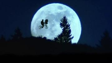 E.T. by bicycle - Kosmita E.T. and his friend Elliot
