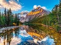 Reflektionen av bergen i vattnet. - Landskap. Reflektionen av bergen i vattnet.