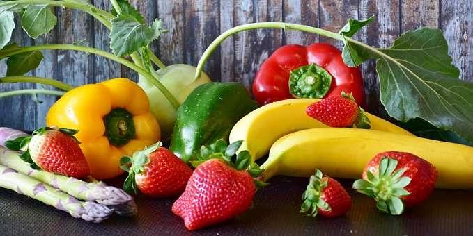 różnokolorowe owoce