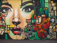 Zurich, Suiza - Las bicicletas se apoyan contra la pintura mural