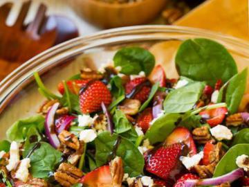 Sałatka z truskawkami - Zdrowa sałaka z truskawkami, szpinakiem i orzechami