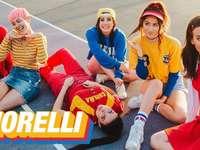 Aurelia Grace - Cimorelli, un groupe de six soeurs qui font des reprises sur youtube. 19-29 ans. Crée des contenus