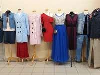 Un magasin avec des vêtements. - Un magasin avec des vêtements colorés.