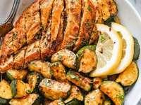 Νόστιμο σε ένα πιάτο - Τηγανητό κοτόπουλο με κολοκυθάκια
