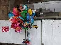 Nuovi palloncini sulla vecchia strada. - Nuovi palloncini sulla vecchia strada.