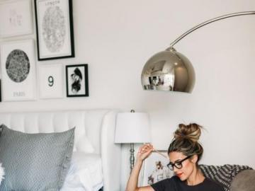 A comfortable armchair - A cozy bedroom with a comfortable armchair