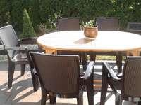 Terasz, asztal, napsütés és meleg. - Terasz, asztal, napsütés és meleg.