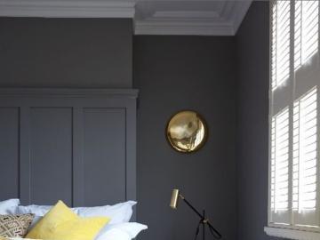 Gedämpfte Farben im Schlafzimmer - Schlafzimmer in gedeckten Farben, grau und gelb. Online-Innenarchitektur-Rätsel.