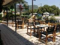 Terraço do restaurante. - O terraço do restaurante está cheio de sol.