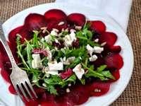Salada saudável de quebra-cabeça em cima da mesa