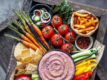 Verduras con salsa - Verduras en un plato, una merienda vegana