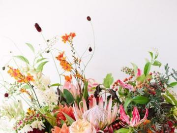 Ein wunderschöner Strauß in einer Vase - Blumen in einer Vase auf dem Tisch als Dekoration