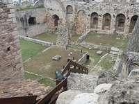 De ruïnes van een oud kasteel gingen verder